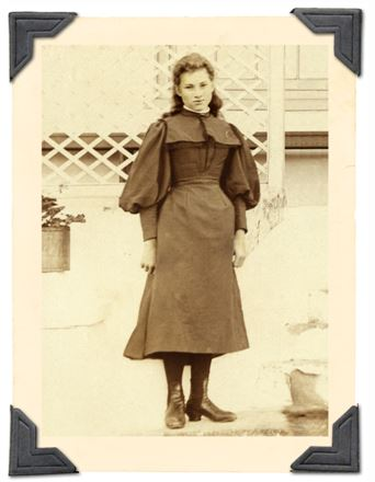 Elizabeth Daisy Beckley as a young girl taken on the steps of the farm house Draaifontein circa 1895