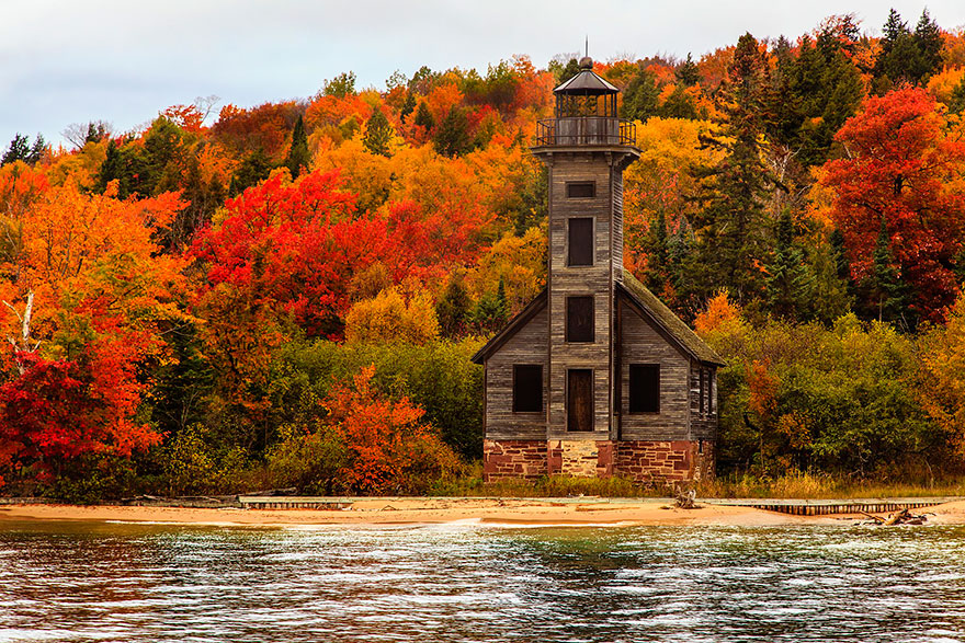 GRAND ISLAND EAST CHANNEL LIGHT HOUSE, MICHIGAN, USA IN AUTUMN