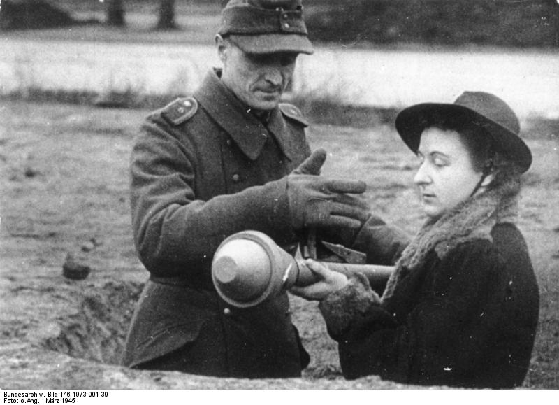 The final tank killer: Volkssturm, Frau mit Panzerfaust