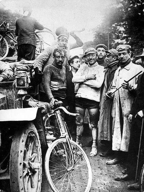 The finish of the first Tour. At the right is the first winner, Maurice Garin