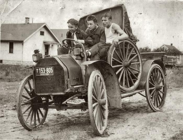 1924 - Friends in Ohio enjoy their new ride