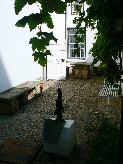 No 7 Castle Hill's cobbled stone courtyard