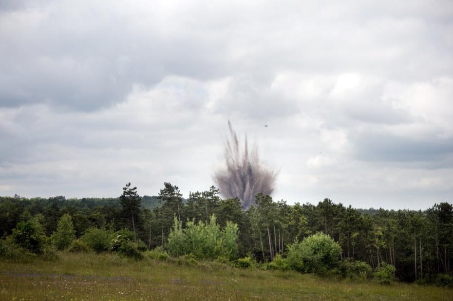 Explosion d'un des fourneaux sur le polygone d'explosifs. Campagne de destruction d'obus et de munitions non-explosées des services de déminages de la Sécurité Civile dans le camp militaire de Suippes.