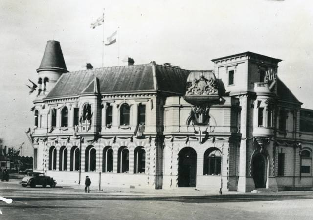 Customs House decorated for the visit of the Prince of Wales in 1925. The dome has been removed