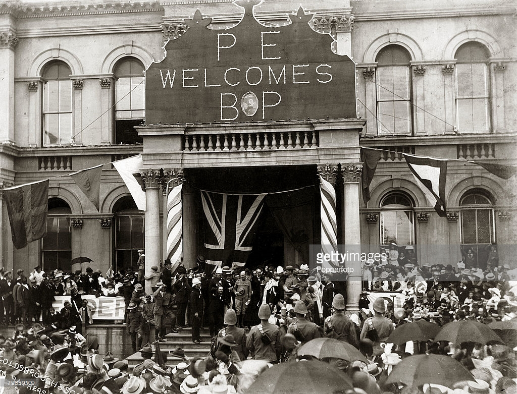 Port Elizabeth welcomes Baden Powell in the steps of the Town Hall portico